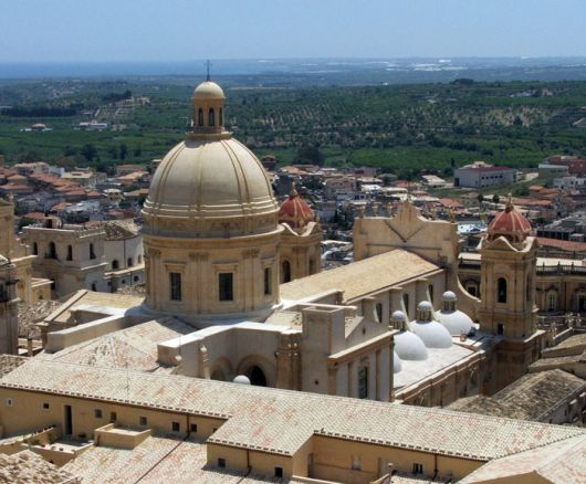 [IMG]http://www.siciliaorientale.com/files/images/Cattedrale-Noto-da-dietro.jpg[/IMG]