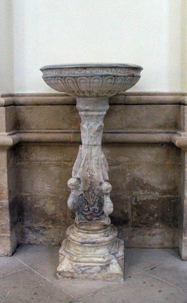 La cattedrale di Noto, acquasantiera