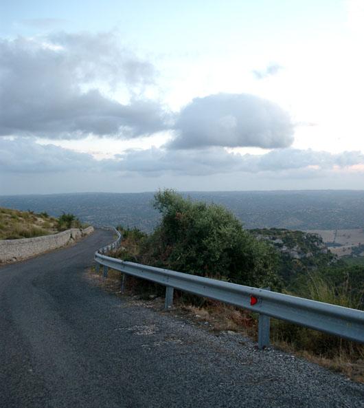 Una strada tra i monti Iblei, Castelluccio (Noto, sr)
